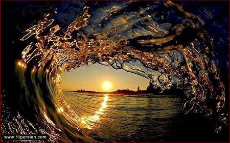 منظره غروب آفتاب از داخل یک موج
