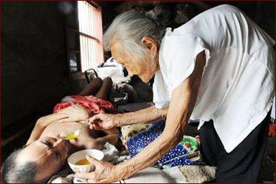 مادر پیر و پسر بیمار