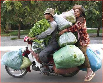 زن و مرد چینی بر روی موتور